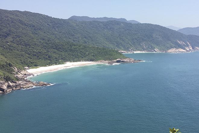 A Praia do Meio tem águas limpas com tom azul (Foto: Getty Images)