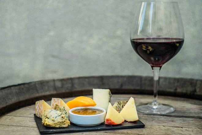 Desgustação de queijos e vinhos
