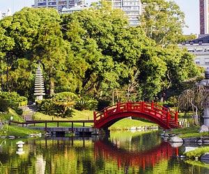Relaxar e curtir uma leitura no Jardim Japonês