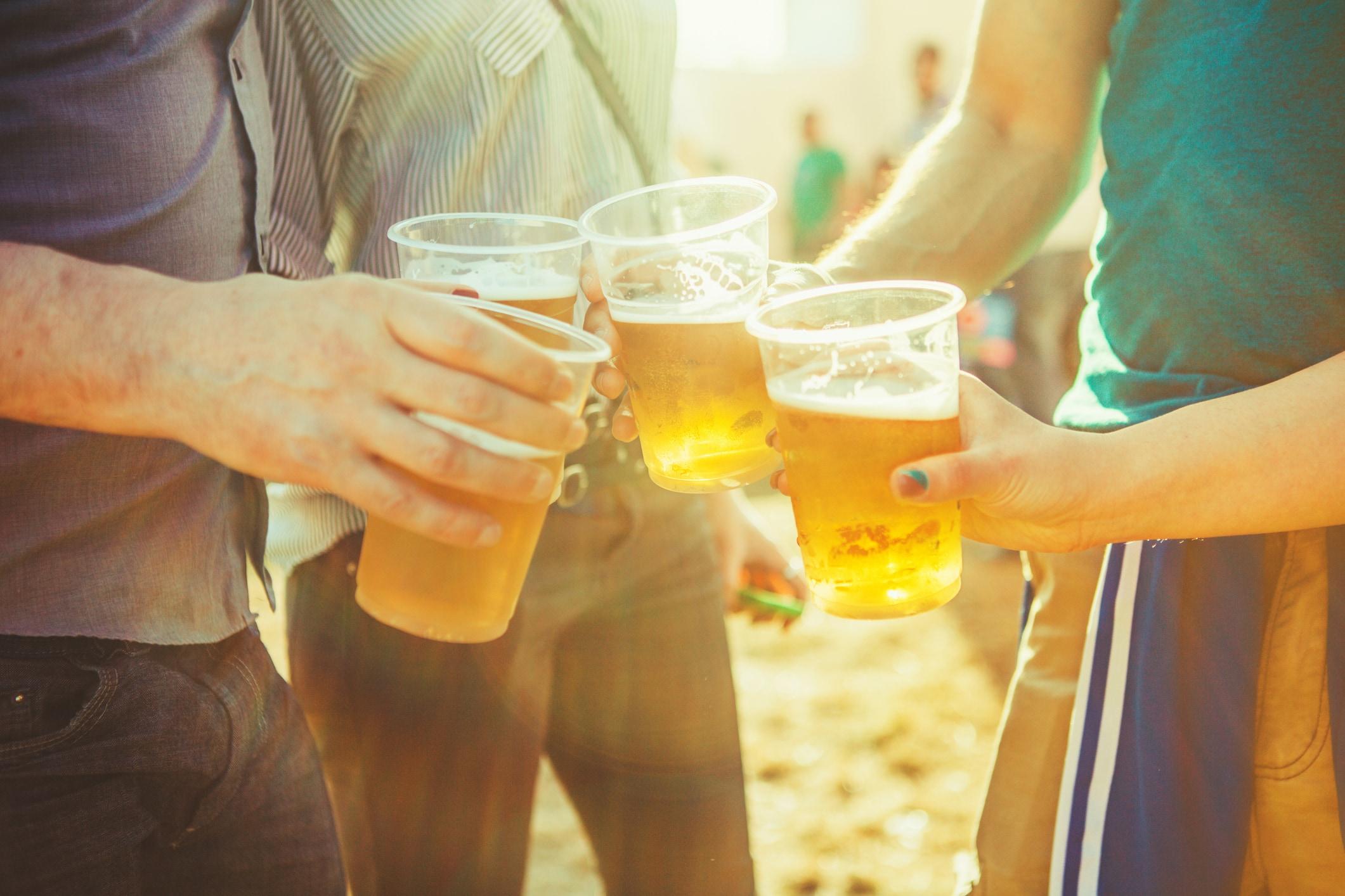 Amis portant un toast