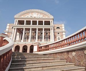 Respirar arquitetura barroca e neoclássica no Teatro Amazonas