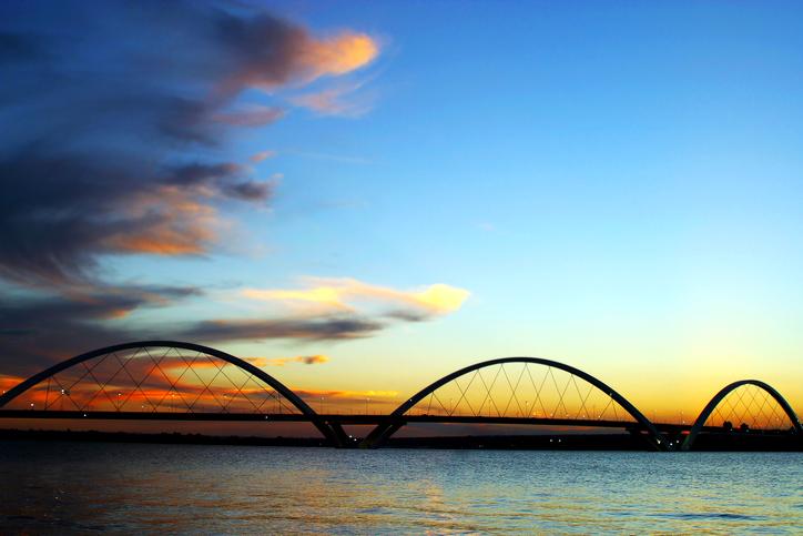 Silhueta da Ponte JK sobre o pôr do sol de Brasília, na Lagoa Paranoá