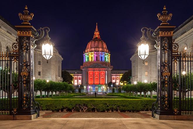 Ayuntamiento de San Francisco con la bandera arcoiris