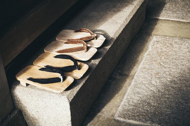 Zapatos a la entrada de una casa en Japón