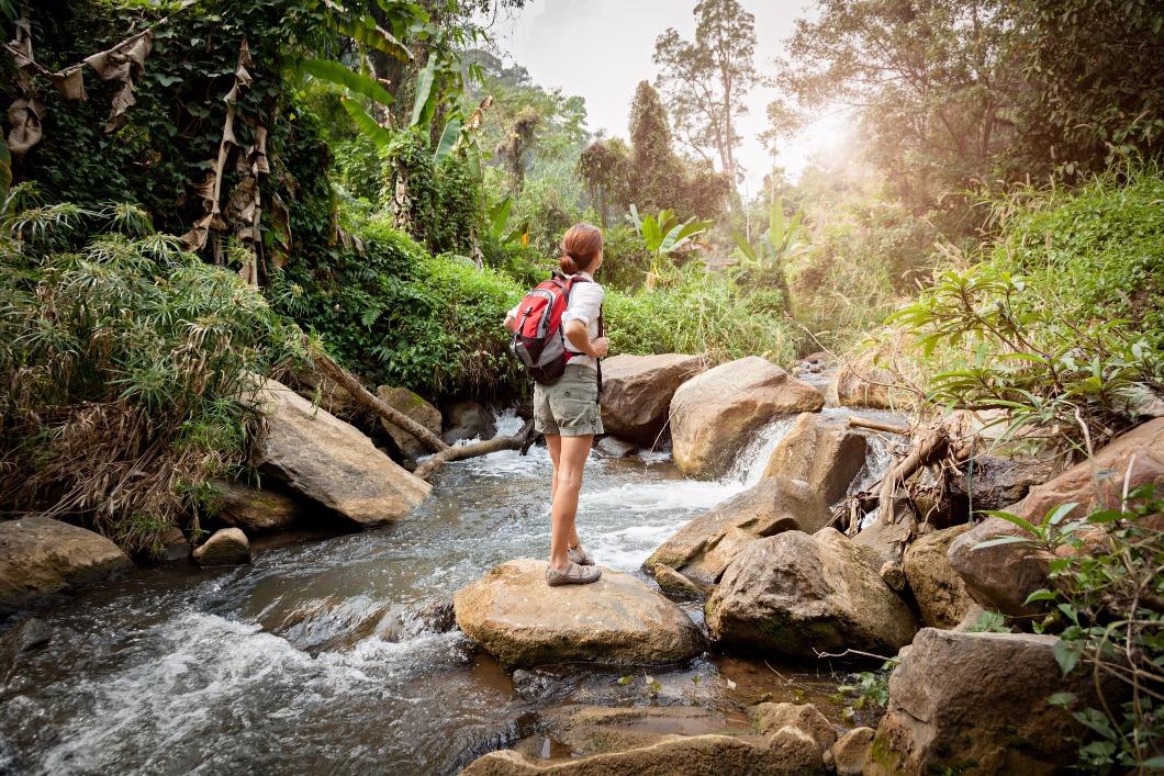 mulher_fazendo_trilha_para_cachoeira