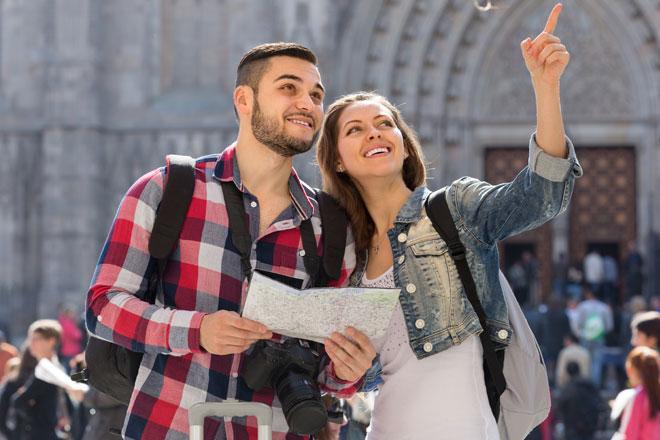 Turistas explorando igreja