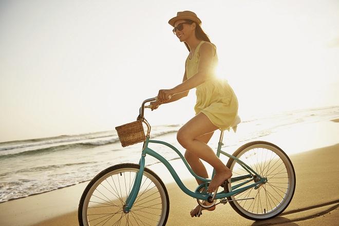in bici in spiaggia