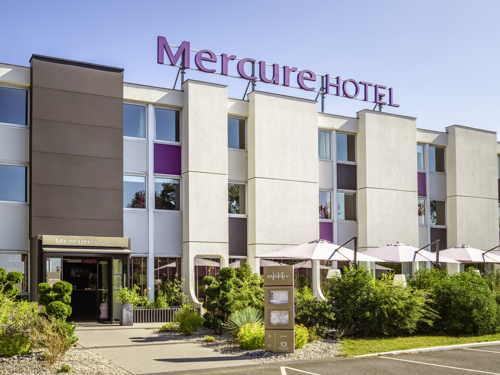 The Mercure Le Mans Batignolles hotel benefits from a peaceful green setting, on the south-western outskirts of the city center, with direct access via the inner ring road. This warm and cozy hotel boasts contemporary designer rooms. After a day of meetin gs or sightseeing, enjoy a meal in the restaurant or on the terrace in the shade of a leafy garden.
