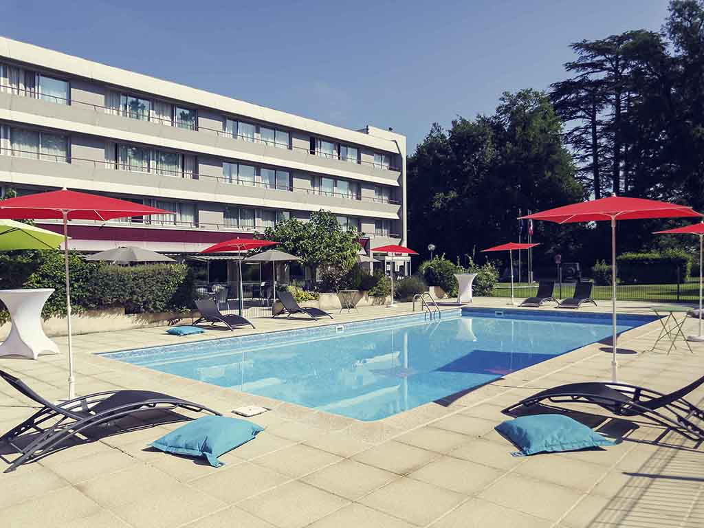 Nestled in a tree-lined park, close to the A20 and A89 and only 5 mins from the center of Brive, the Mercure hotel offers a quiet and relaxing location for your business or leisure trips. Guests can relax in our spacious rooms equipped with a host of mode rn comforts and luxury bedding. The hotel is home to a traditional restaurant, with 24-hour room service, a lounge bar and a swimming pool. We take care of everything, from the moment you step into the Mercure - we have your wellbeing in mind.