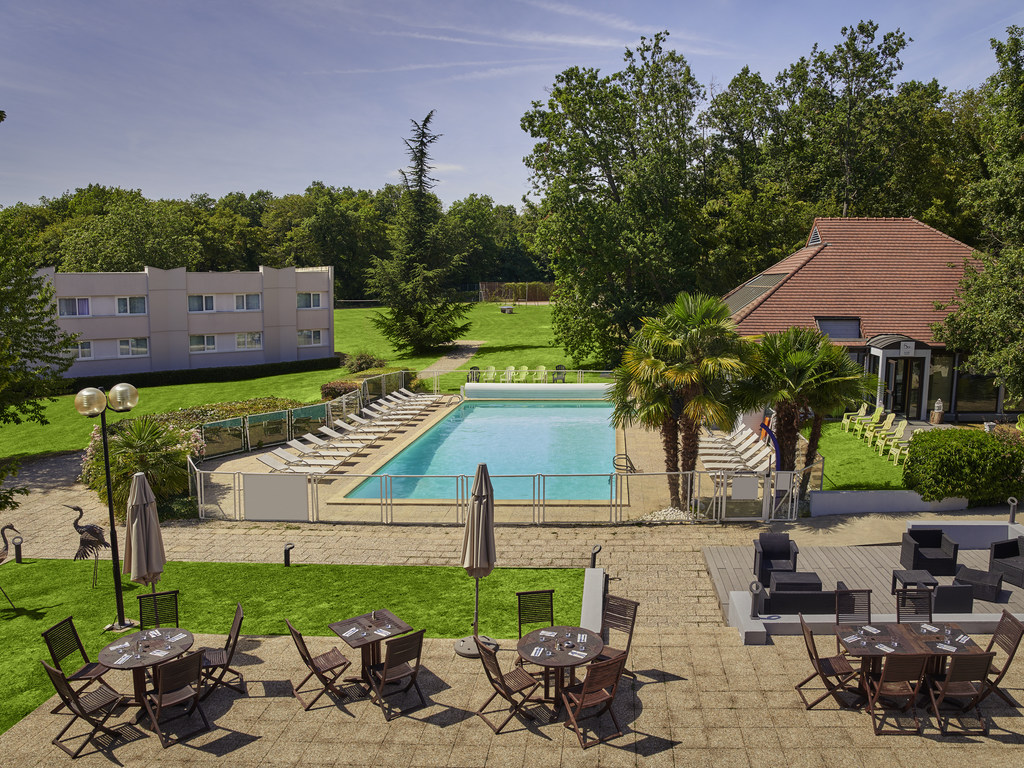 Located near the famous Forest of Fontainebleau in a 12-acre (5-hectare) park, an hour from the center of Paris and directly accessible from the A6 highway, the hotel offers natural surroundings, ideal for meetings and family getaways. We can accommodate your meetings and conferences of 10 to 250 people throughout the year in our fully equipped rooms with natural light. Our heated swimming pool will be closed for annual maintenance from September 2 to 6, 2018