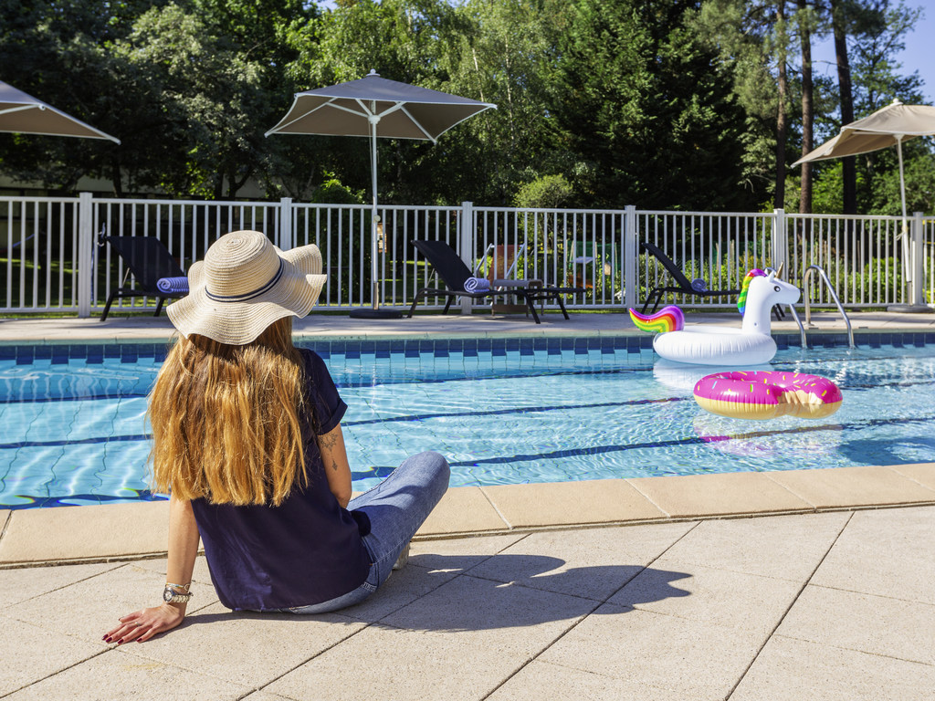 Located just 1.2 miles (2 km) from Bordeaux-Merignac airport and around 20 minutes from the city center, the Novotel Bordeaux Airport hotel welcomes you for your stopover in Bordeaux. Its comfortable rooms with WIFI, 5-acre (2-hectare) wooded park, heate d outdoor swimming pool and fitness center will allow you to recharge your batteries and enjoy a lovely, relaxing break.