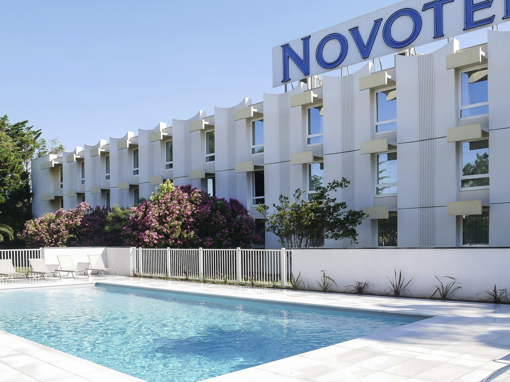 A sunny escape awaits you at the Novotel Narbonne Sud hotel. Between the beach and historic city center, the hotel will make your trip a breeze, whether you are traveling on business or with your family. Our rooms are spacious and modern and our meeting r ooms are elegant and customizable. Round off the day in the children's play areas, park with boules facilities or outdoor swimming pool. Be sure to try our tapas selection on the terrace. Everyone is invited, make yourself at home at Novotel.