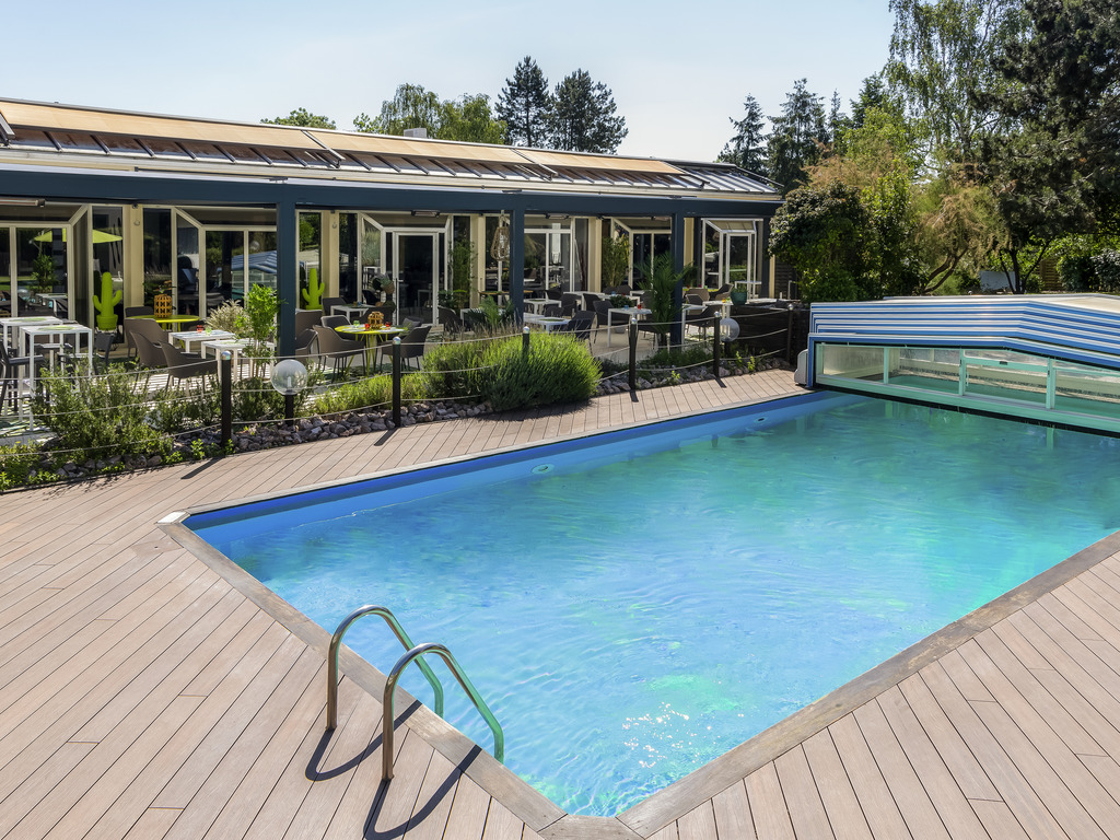 Stay at Novotel Chartres hotel for your family weekend getaways or business trips, just 50 miles (80 km) from Paris. The hotel boasts comfortable rooms, meeting rooms, a contemporary restaurant, an irresistible swimming pool surrounded by sun loungers. Re lax on the terrace or enjoy our fitness center. The majestic Chartres Cathedral, an architectural treasure, is just 10 minutes away. Enrich your body and mind at Novotel.