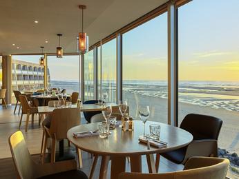 Restaurant caf bar l 39 hotel novotel thalassa le for Hotel avec piscine le touquet