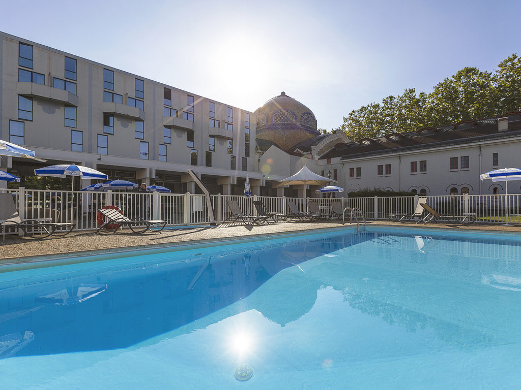 In the heart of the thermal spa city and its parks, closed station, the Mercure Vichy Thermalia hotel offers modern rooms with every comfort in an Art Deco spirit. Located right in the town centre of Vichy, its terraces and its heated outdoor pool (from 1 5 May to 15 October depending on the weather) will add extra pleasure to your business or family stay. If you wish, the hotel can provide conference rooms for the organisation of your seminars. For relaxation, enjoy the Thermal & Spa area.