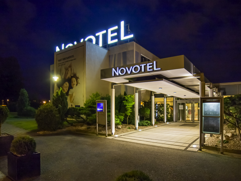 The 3-star Novotel Poznan Malta is perfectly located near the Aquapark Termy Maltanskie, 4 km from the Poznan Fair and about 2.5 km from the Old Town. This distance can be overcome by tram in 5 min. After a business meeting, you can rent a bike and go for a ride around Malta Lake. The terrace, an outdoor swimming pool and free fitness studio will add variety to your free time. Parents will appreciate the special place for kids. We offer spacious rooms with free WiFi, TV sat and tea/coffee set.