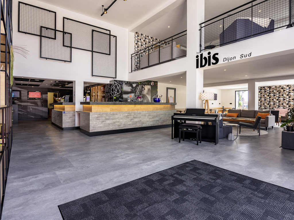 At the start of the wine route, in the heart of the Burgundy vineyards, the ibis Dijon Sud hotel is easily accessible from the center of Dijon (9.3 miles/15 km) or the A39 highway. The airport is 5.6 miles (9 km) away. The hotel offers 52 air-conditioned rooms with WIFI (including 3 for guests with reduced mobility) and 1 meeting room. A restaurant, 24-hour bar, terrace and free car park are also available. For sporty guests, tennis and golf are available 3.1 and 5 miles (5 and 8 km) away respectively.