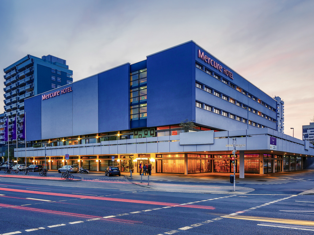 Perfect for your business or private trips: Located just 164 yards from the main train station, the 3-star-superior Mercure Hotel Braunschweig Atrium has 130 comfortable rooms with WIFI and plenty of space for your meetings and events. The 9 variable meeting rooms with modern event technology hold up to 250 participants. Its close proximity to the train station means it is particularly easy to arrive by train and Hanover airport is 40.4 miles away. By car, take the A39/A391 highway to reach the hotel.