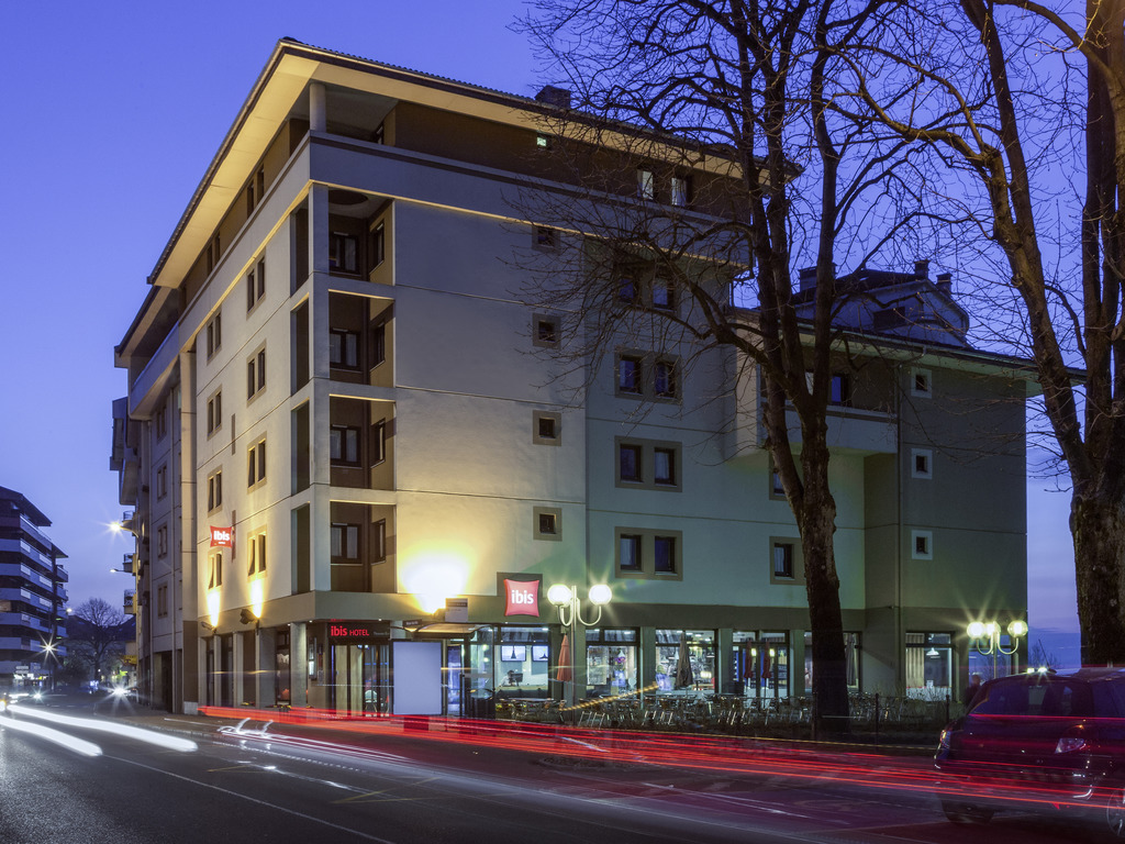 The ibis Thonon hotel, which was renovated in 2015, is right at the heart of a hub for tourism, culture and sports. Close to Lake Geneva, it is in the center of Thonon, 10 minutes from Thermes and 5 miles (8 km) from Evian. The hotel has 67 air-conditione d rooms including 3 for guests with reduced mobility. WIFI is available, as well as a restaurant (closed at weekends), a terrace overlooking the lake, a 24-hour bar and a public paying car park nearby. Pets are welcome.