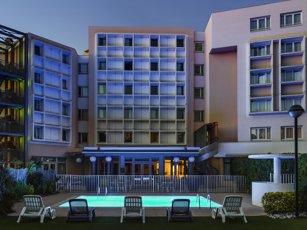 Located in a calm, leafy area, the hotel offers 88 rooms: Standard or Sea-view Double, Twin, Triple, Connecting Family Rooms and rooms for people with reduced mobility. Enjoy our restaurant on the terrace, by the pool or in an air-conditioned room. Our ba r and snack service are open 24 hours a day. We offer a secure car park (underground or outside, charges apply) and free WIFI. For your meetings: seminar room with natural light. The swimming pool will be open from April 28 through October 1, 2018.