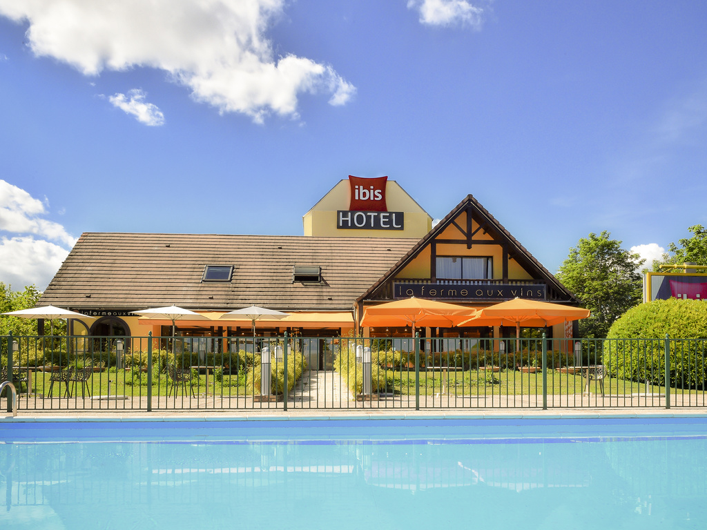 With 103 air-conditioned rooms, the ibis Beaune La Ferme Aux Vins hotel is located opposite the Congress Center, 875 yards (800 m) from the city center and exit 24.1 of the A6 highway. Guests can take advantage of a free private car park, 24-hour bar with terrace, swimming pool and a traditional restaurant, La Ferme aux Vins. Perfect for seminars, the hotel has 3 meeting rooms suitable for conferences of up to 200 people. Free WIFI is available.