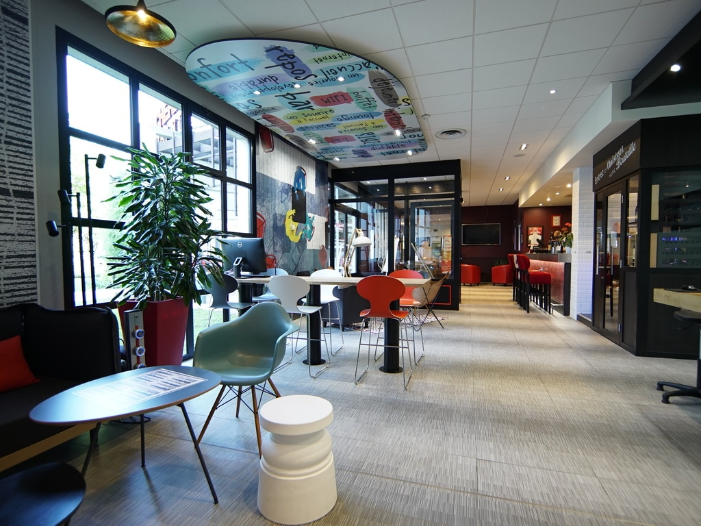 """An event at the exhibition center? A stop off on the way to Roissy airport? Look no further than the ibis Villepinte Parc des Expositions! The attentive team will ensure you enjoy a pleasant, restful stay. You can enjoy its recently renovated rooms and fr ee WIFI connection. And that's not all... At the ibis Villepinte hotel, you can also enjoy a delicious meal on a beautiful terrace. The flavors on offer at the """"La Boucherie"""" restaurant will delight your taste buds. See you soon!"""