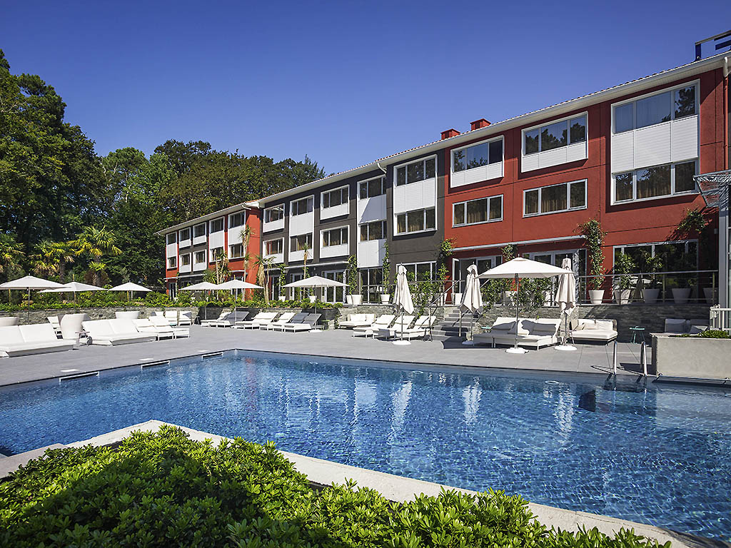 The Novotel Resort & Spa Biarritz Anglet guarantees you a wonderful stay in our newly renovated hotel! With 94 rooms, 4 suites, 6 executive rooms, a Wellness Center (sauna, fitness area, 2 treatment cubicles) and a heated pool in a unique environment on t he Basque coast, it is the perfect base for a multitude of destinations: close to Spain, a few minutes from Biarritz, Bayonne and surfing spots. With a gourmet tapas show-cooking bar and a jukebox for unforgettable evenings!
