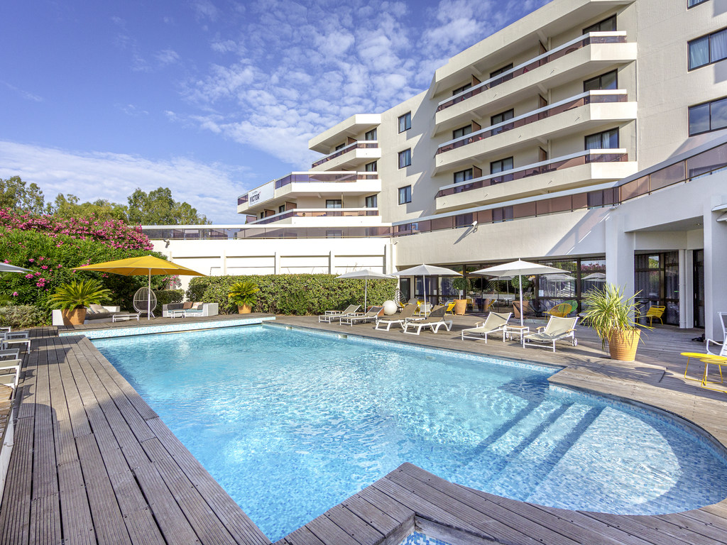 Ten minutes from the railway station and five minutes from the city centre, this Mercure hotel offers a range of contemporary, air-conditioned and soundproofed rooms. Four kilometres from the port and only 500 m from the Casino, this modern establishment provides relaxation and leisure time. After in meeting or a day at the beach, relax on the terrace of the restaurant by the swimming pool, in the leafy garden or have a drink at the bar of our hotel.