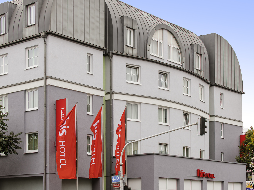 Enjoy modern comfort in the historical city of Mainz. The ibis Hotel Mainz City is centrally located in the capital of the Rhineland-Palatinate region, very close to the old town and just a short walk from the Rhine promenade. The modern hotel has 144 air-conditioned, soundproofed, non-smoking rooms featuring the innovative Sweet Bed by ibis concept. Free WIFI is available throughout the hotel. Secure parking is available in the hotel's indoor car park (11 EUR/room night, no reservation possible).