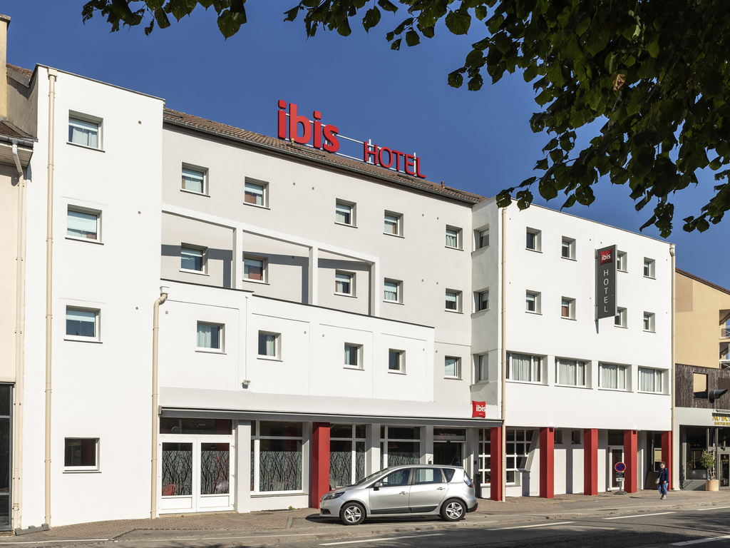 The Ibis Saint Die des Vosges hotel is in the centre of Saint Die des Vosges, on the bank of the Meurthe, in the heart of the Yourg massif, at an equal distance from Strasbourg and Nancy. Close to Haut Koenigsbourg castle, lake Gerardmer, the Baccarat  crystal works, the hotel offers for booking  58 air-conditioned rooms, with Wifi access, including 3 adapted for disabled guests and 1 meeting room. A restaurant, a bar, snacks 24/24 and covered pay parking are at your disposal.