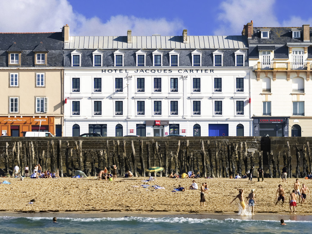 "The ibis Saint-Malo Plage hotel is located in the heart of the city, opposite Plage du Sillon beach, a 10-min walk from the historic center and a 20-min walk from the TGV train station. The hotel has a 24-hour bar selling snacks and 60 modern, comfortable rooms with ""Sweet Bed"" bedding and a TV with Canal+ and free unlimited WIFI. Give in to the beauty of Brittany's emerald cost. Please note, the lobby will be undergoing large-scale renovation works until April 2019. Please contact us for more details."