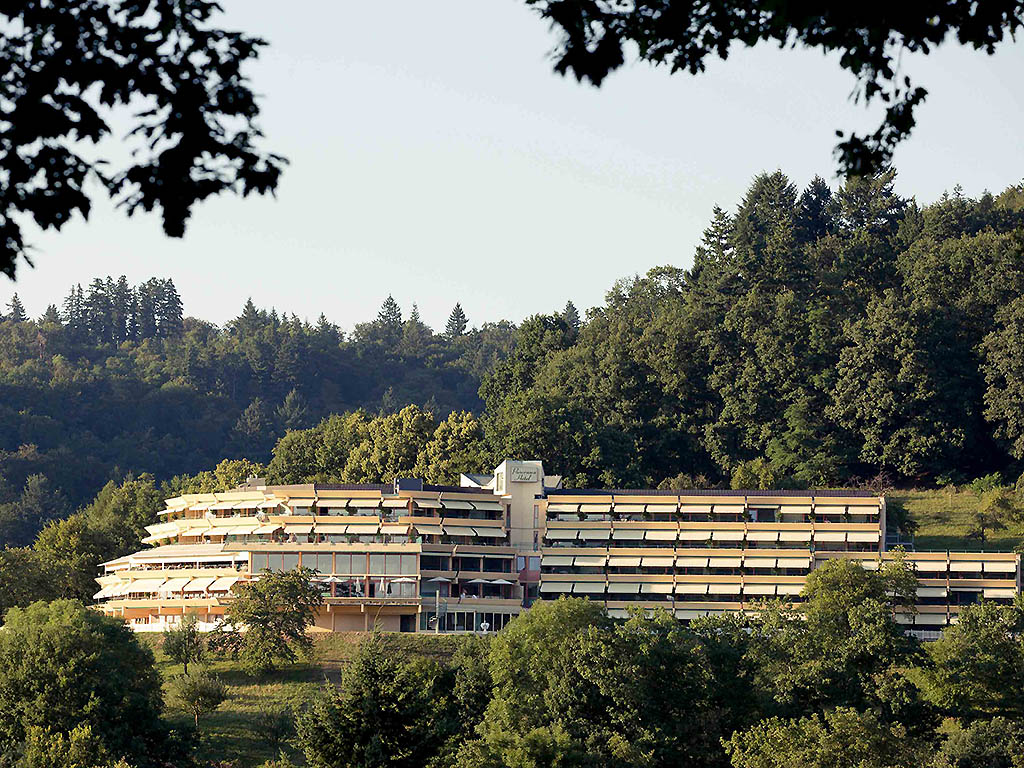 Private and business travelers alike will find the perfect place for their stay at the Mercure Panorama Freiburg. Right on the edge of the forest above the rooftops of Freiburg, the 4-star superior hotel is the perfect location for exploring the region. A restaurant, bar, spacious terraces and a swimming pool and sauna area offer pure indulgence and relaxation. The lavish buffet breakfast with sparkling wine and 4 events rooms for private and business events complete the offering.