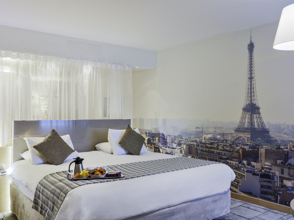 Ideally located in the Paris's 15th arrondissement and right opposite the main entrance of the Porte de Versailles exhibition grounds, the 4-star Mercure Paris Vaugirard Porte de Versailles combines the comfort of its well-appointed rooms with the calm of quality service. You will love its truly Parisian interior design and the quality of its services for arranging your meetings. For your entertainment, get quickly from the hotel to the Eiffel Tower and the Arc de Triomphe.