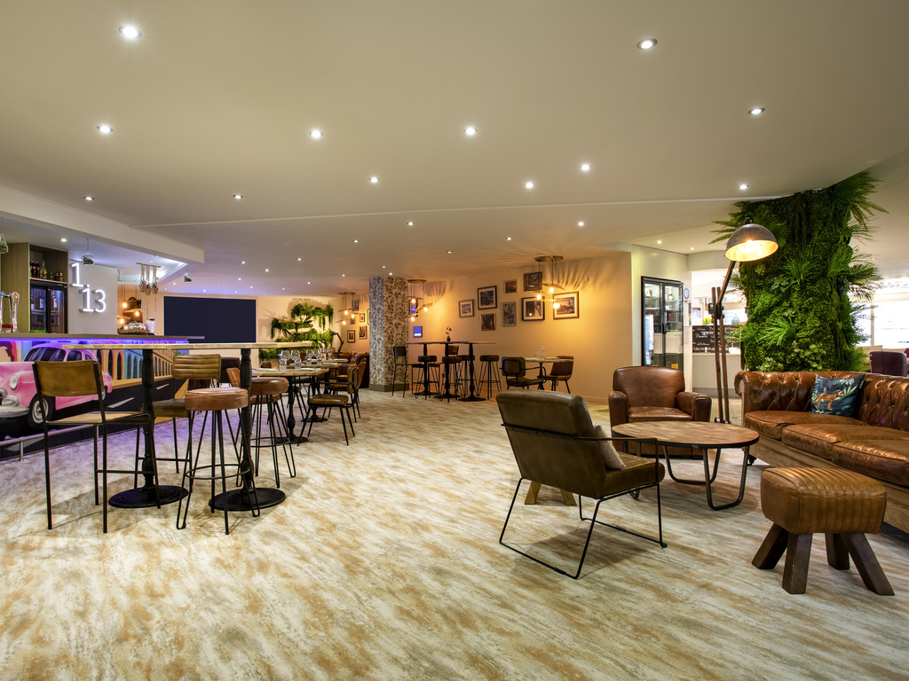 The 4-star Mercure Marseille Centre Vieux Port hotel was renovated in 2013 and is located in the heart of Marseille, close to the World Trade Center, making it the ideal location for seminars. You will appreciate its close proximity to public transport for your business meetings. With direct access to the Bourse shopping center, a view of Notre Dame de la Garde and just a stone's throw away from the Old Port and MuCEM, you can choose to work or relax. This Mercure hotel will meet all your needs.