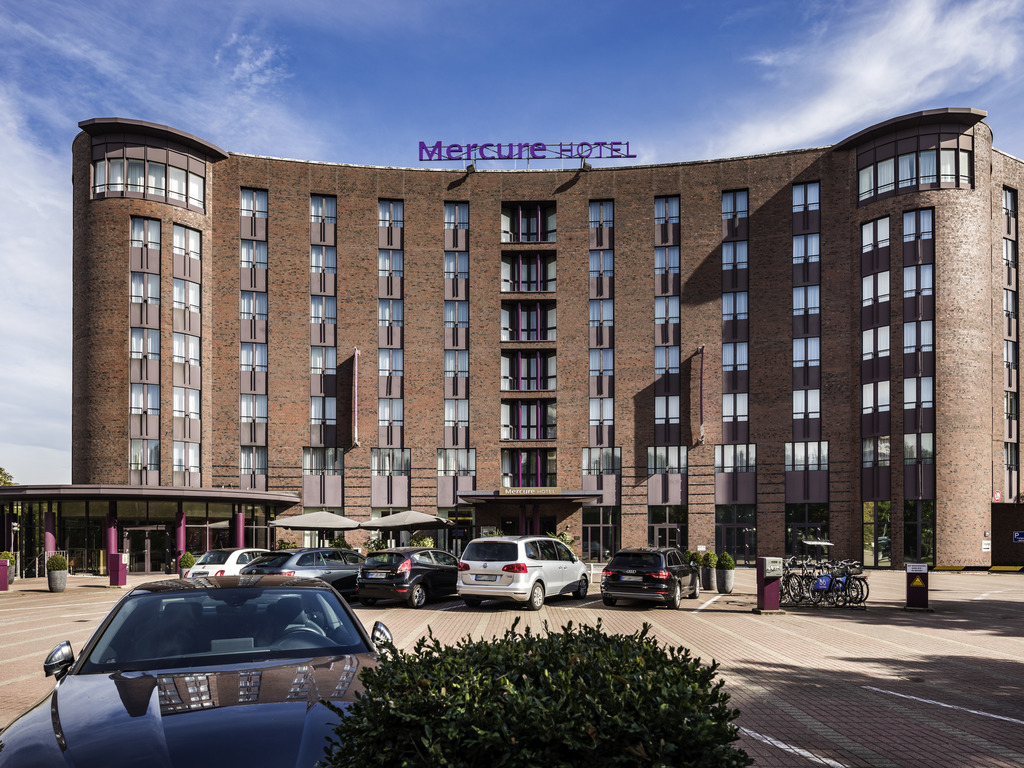 Our newly renovated hotel is situated in the heart of the Hanseatic city within walking distance of the city center. The main train station is 0.9 miles (1.5 km) away, the airport is 7.5 miles (12 km) away. You can reach us by car via the A1 and A7 highways and leave your car in our car park. The S-Bahn (city rail) is just a few minutes' walk away. The Port of Hamburg has been the focal point of the city for centuries. Good public transport connections provide easy access to any destination in Hamburg.