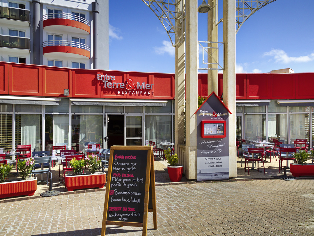 The ibis La Baule Pornichet Plage hotel is located 55 yds (50 m) from the beach, 328 yds (300 m) from the Casino and 5 minutes from the town center, TGV station and race course. The hotel is adjacent to the Valdys-Thalasso.com Baie de la Baule center. The fully renovated ibis La Baule Pornichet Plage hotel has 88 rooms, a bar, restaurant with terrace and two meeting rooms. The hotel is ideal for both business trips and family stays, whether with or without thalassotherapy treatment.