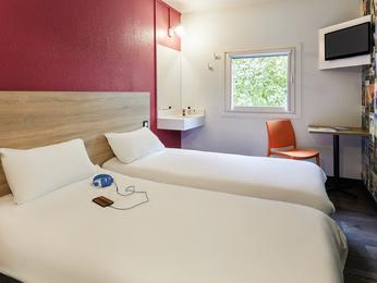 h tel viry hotelf1 gen ve saint julien en genevois. Black Bedroom Furniture Sets. Home Design Ideas