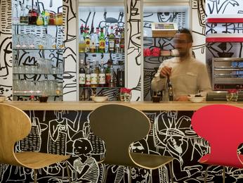 Restaurant Caf Bar Im Hotel Ibis Paris Porte De Clichy