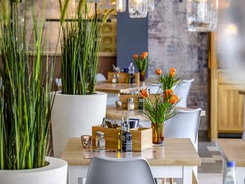 Restaurant caf and bar at the ibis styles regensburg for Designhotel regensburg