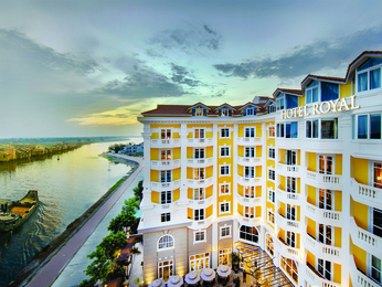 Located on the banks of the Thu Bon River in the UNESCO World Heritage town of Hoi An, Hotel Royal Hoi An is a perfect blend of historical charm and modernity. Its refined style inspired by Art Nouveau has a delicate touch of Japanese and Vietnamese cultures and offers spectacular views of the river and ancient town. The 3 meeting rooms can accommodate up to 200 guests, while spa, pool and 2 restaurants make it the perfect destination for events, a family vacation or a romantic getaway.