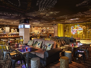 restaurant caf and bar at the mama shelter paris hotel. Black Bedroom Furniture Sets. Home Design Ideas